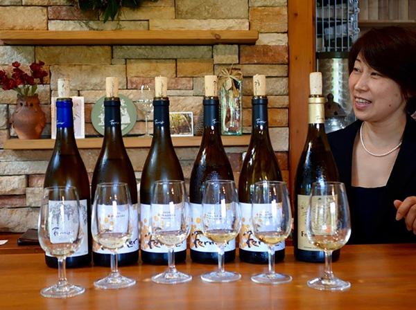 自社渾身のアルバリーニョのワインをテイスティングする本多さん