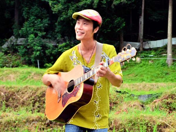 里山の暮らしと農業を歌う シンガーソングライターChojiさん