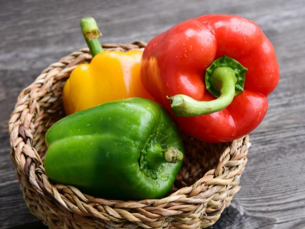 カラーピーマンと緑色との違いとは?ピーマンの栄養と保存法【野菜と果物ガイド】