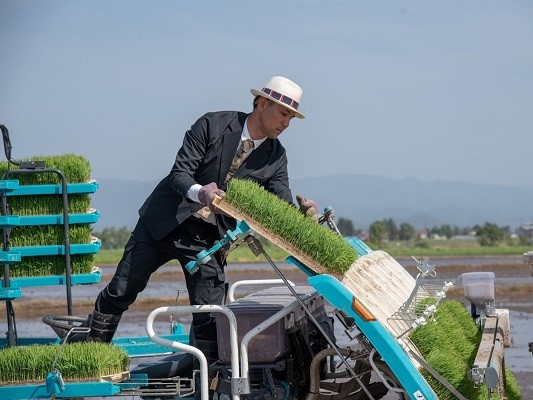 スーツ姿で畑仕事? デートに行ける作業着で農業のイメージを変える
