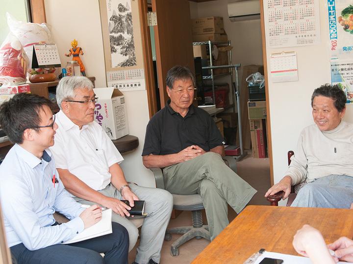 右からネギ農家の内田さん、内田種苗店の内田さん、保土谷化学工業の藤田さん、齋藤さん