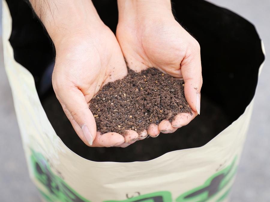 従来比40%減の衝撃の軽さ! 作業は楽々、根張りも抜群の水稲軽量育苗培土『軽易土(かるいど)』