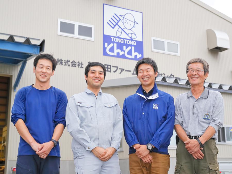 『せいだ』の皆さん。後ろの建物はコメの生産を担う新発田ファームライスセンター