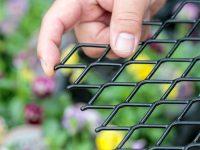 """""""花のまち"""" 埼玉県鴻巣市で花き栽培のプロが選んだ! 作業者のケガ防止と作業効率アップを叶える『安心ベンチ』とは。"""