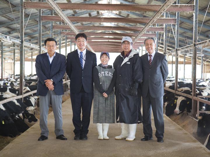 左から白石カルシウムの川口さん、同社安田さん、イサミ吉備高原牧場の松下さん、宮本さん、製造メーカーの甲嶋さん