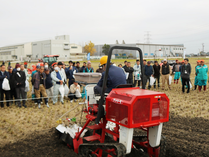 農家が求める最新農機具が身近に 「農業機械実演展示会」に行ってみた