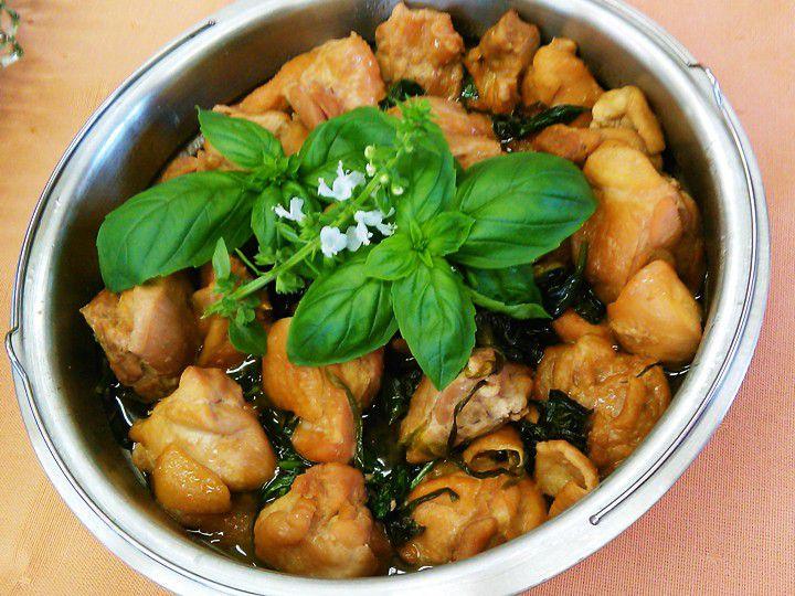 写真は台湾料理で有名なバジルと鶏肉の炒め物「三杯鶏」