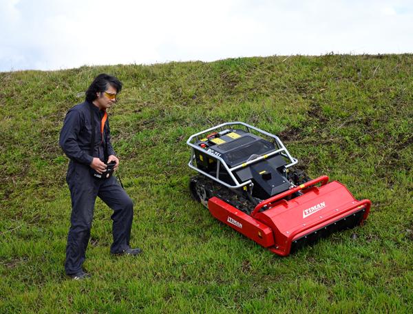 斜面の除草作業を安全に効率良く。林業で活躍するラジコン草刈機が登場