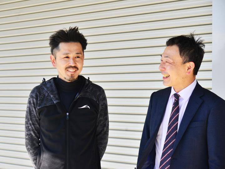 イナバ倉庫の前で談笑する2人