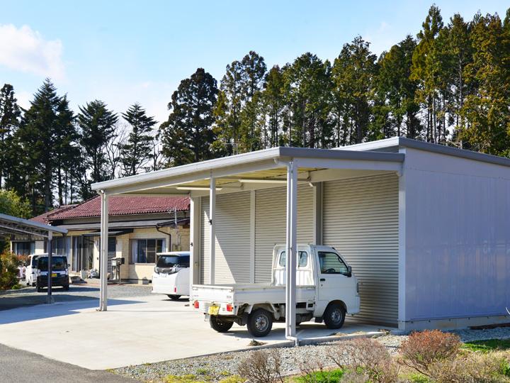 駐車スペースとしても活用できるイナバ倉庫