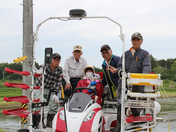 福島県富岡町『株式会社富岡アグリファーム』の従業員のみなさんとGPS機能付き田植え機