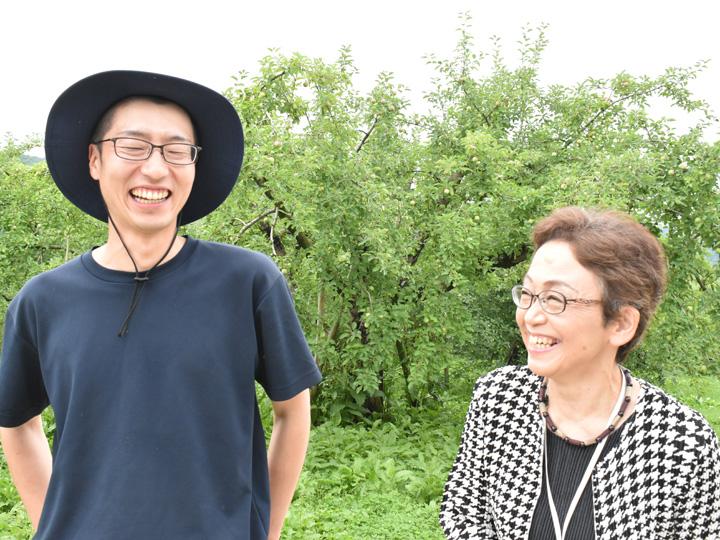 新規就農者のリンゴ園で談笑するやまがた農業支援センターの小笠原さん