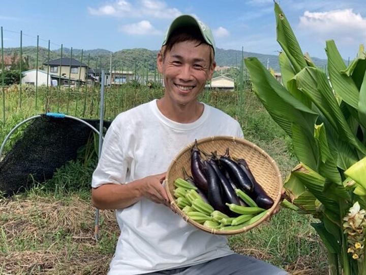 石郷岡さんと収穫された夏野菜