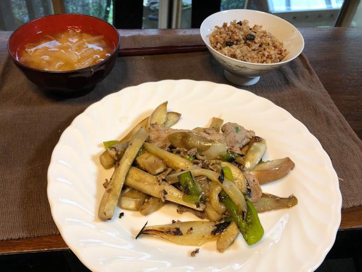 取材中に金子さんが作ってくれた料理。あっさりした味付けでおいしかった。豚肉は購入したもの