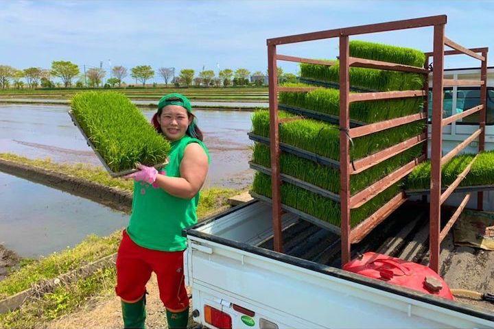 農作業をする女子プロレスラー