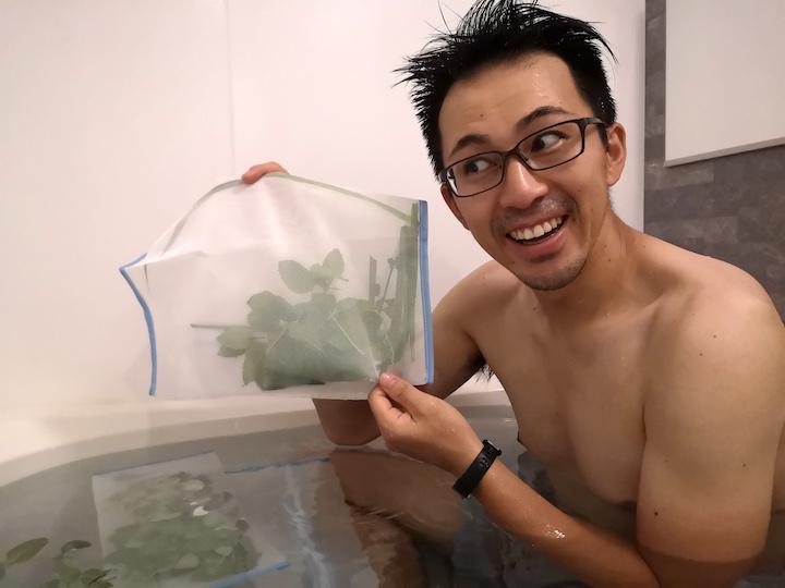 ハーブ風呂にハーブを追加している写真