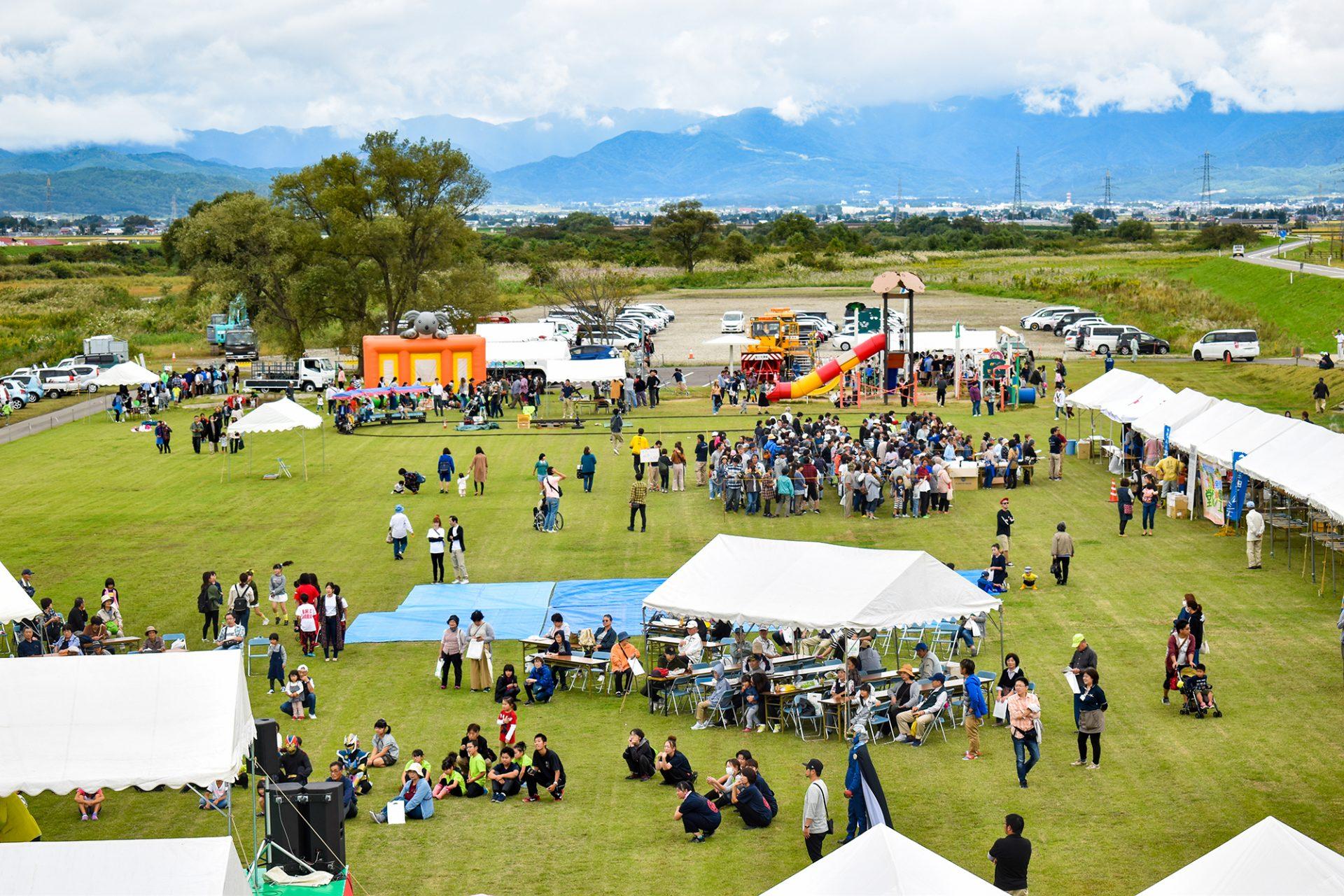 2019年度の「新米祭」の様子。新米試食会や稲刈り体験、特産物販売、各種ステージイベントが開かれ、大勢の人が参加し賑わっています