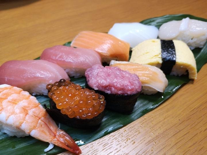 ハランの上に載せたパック寿司の写真