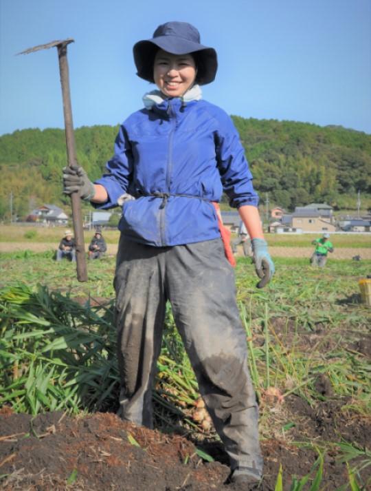 コバマツが収穫してみた 鍬を持つ