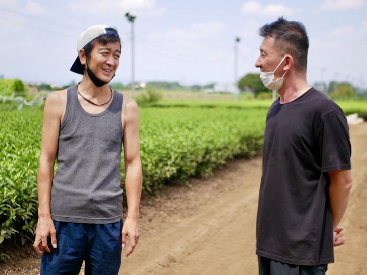 農家を訪ねる高橋博之さん
