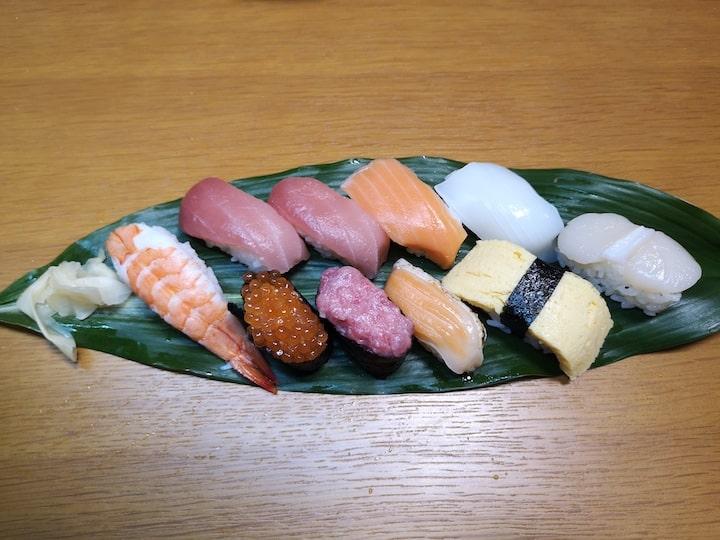 パック寿司をハランの上に乗せた写真