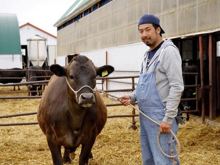 牛を連れた松橋さん登場