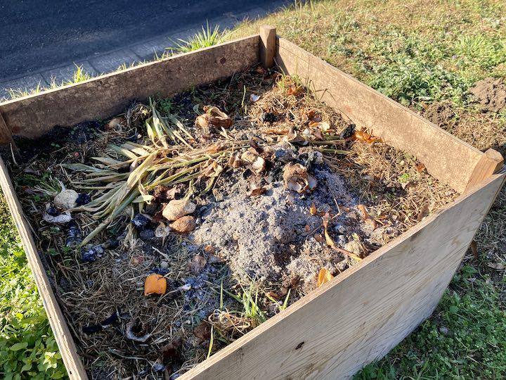 畑キャンプ 生ゴミコンポスト 堆肥