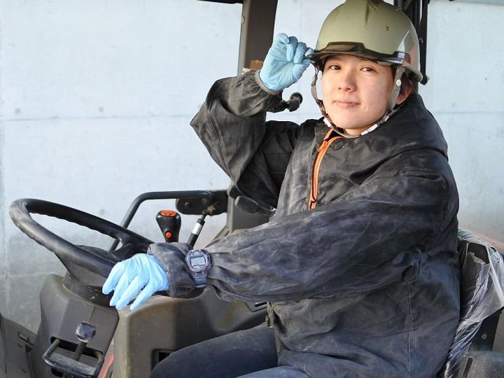 女性がトラクターに乗っている写真