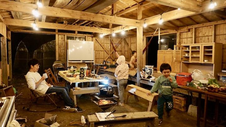 畑で夜のキャンプ 東屋の中