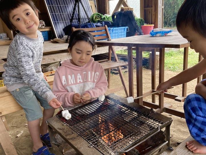 畑キャンプ 焼きマシュマロ