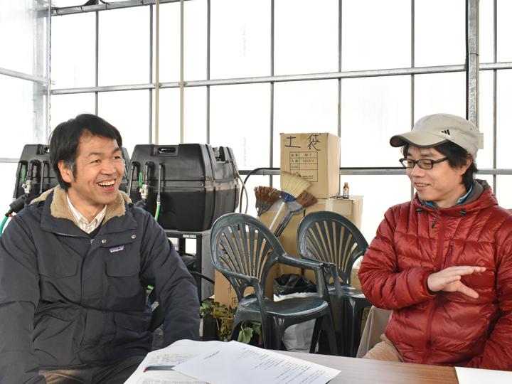 (左)『川内村 産業振興課 農政係』の遠藤一美係長。担い手の人生と真摯に向き合って親身にアドバイスをしています