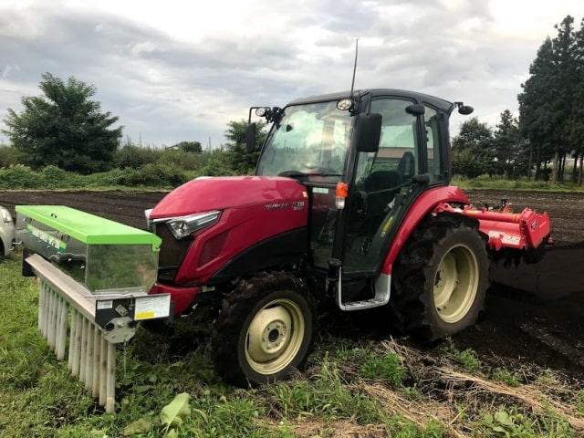 施肥するトラクター