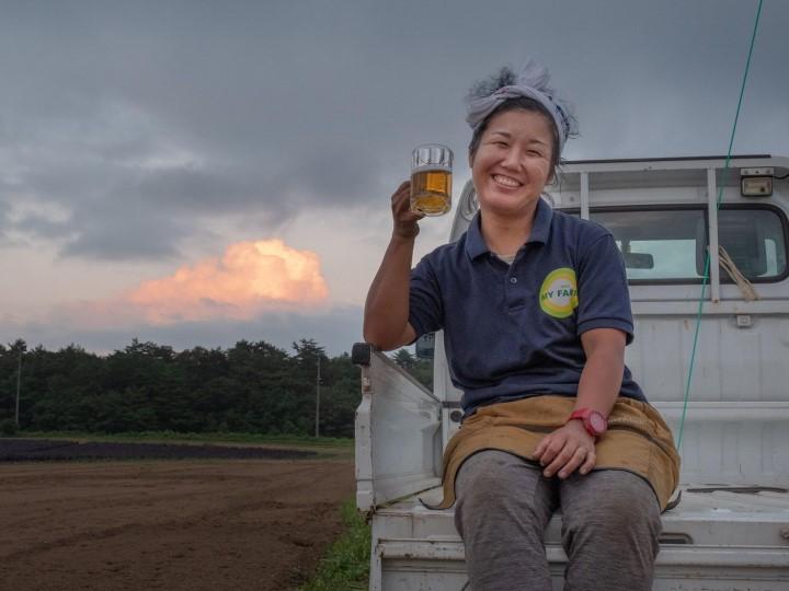農作業後のビールの美味しさビール飲む間瀬さん