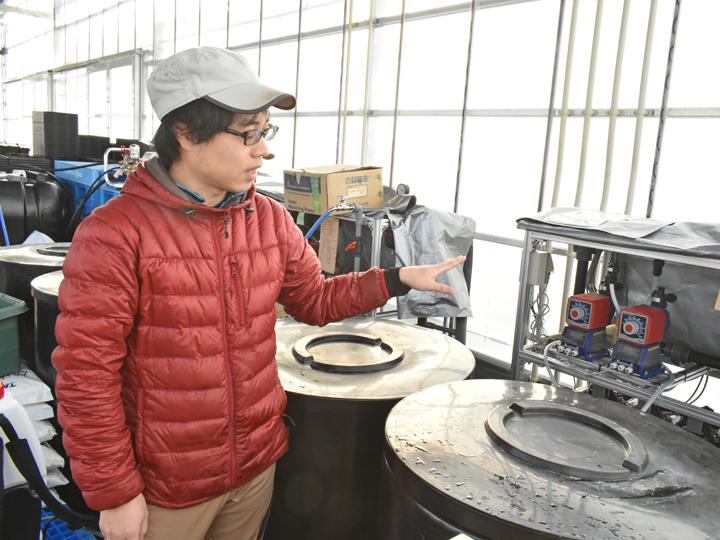 給水システムについて説明をする遠藤部長。制御されたシステムによりパイプを通してタンク内の肥料を散布します
