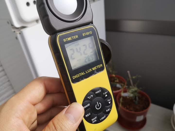 照度計でベランダの光量を計測した写真