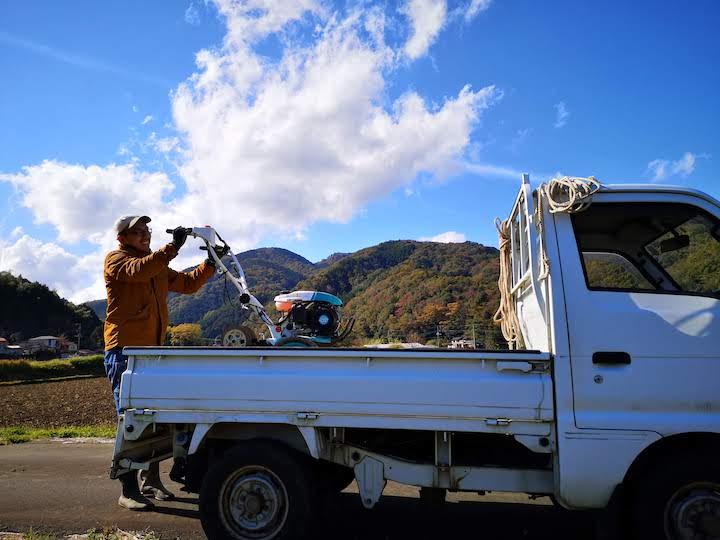 耕運機を軽トラへ乗せる写真