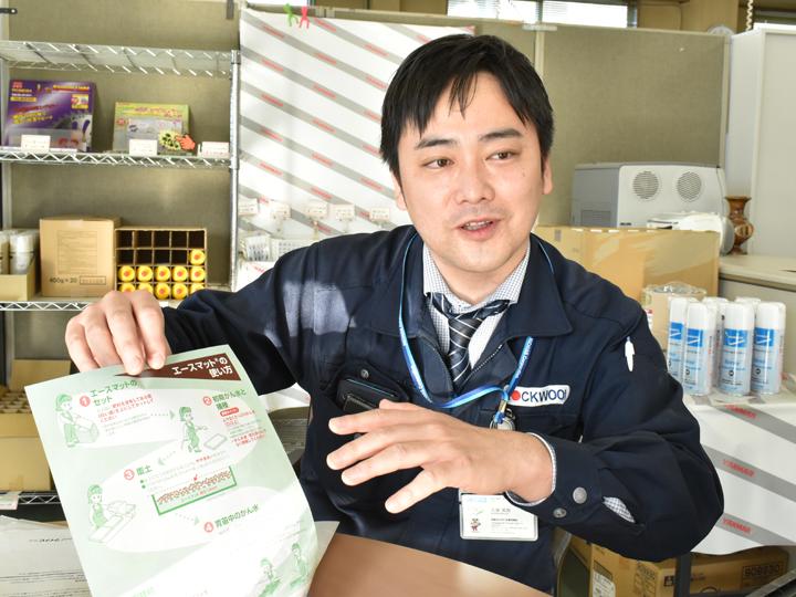 『エースマット』の使用方法を語る『日本ロックウール株式会社』の久保さん