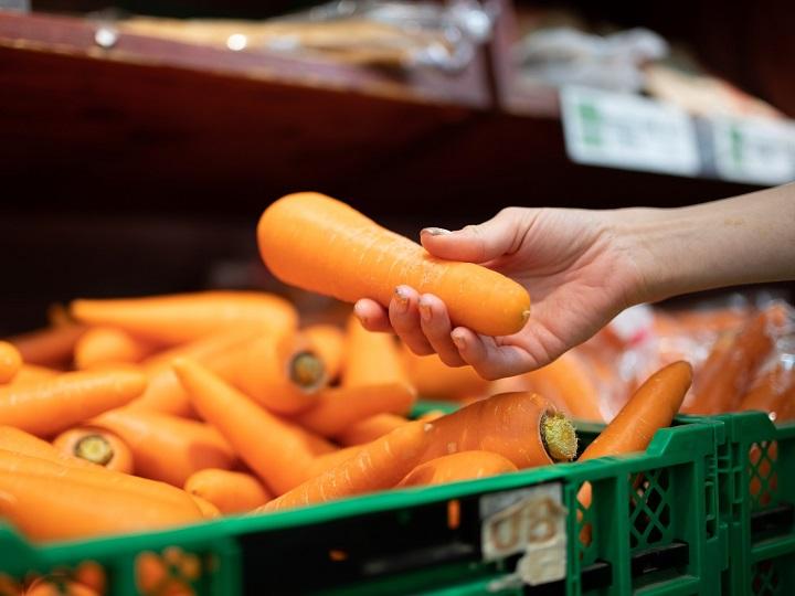 直売所で野菜を品定めする客