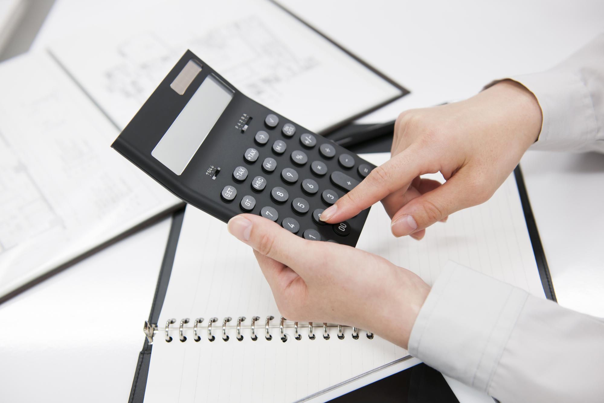 計算をするビジネスマン