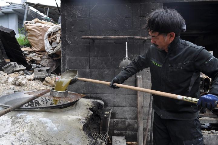 沖縄の重要な産業サトウキビ煮詰める