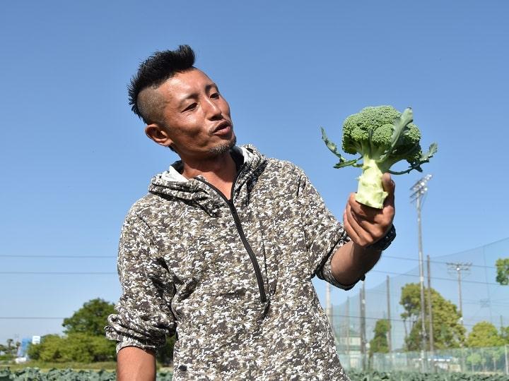 ブロッコリーを見つめる和想農園のワソ(谷和洋)さん