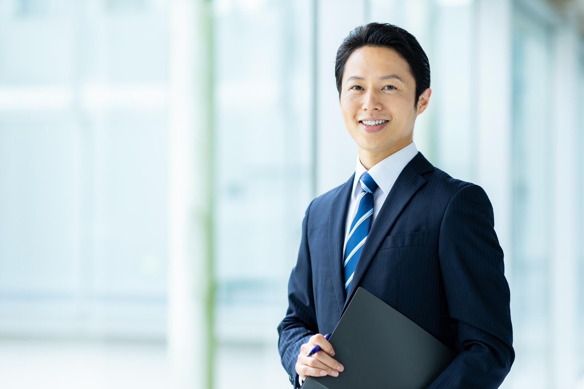 スーツを着た笑顔の男性