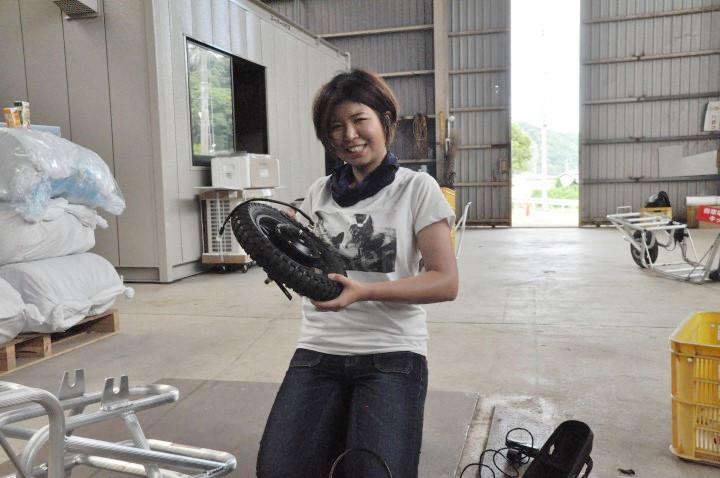 コバマツが電動ネコを作る タイヤとバッテリーをつなぐ