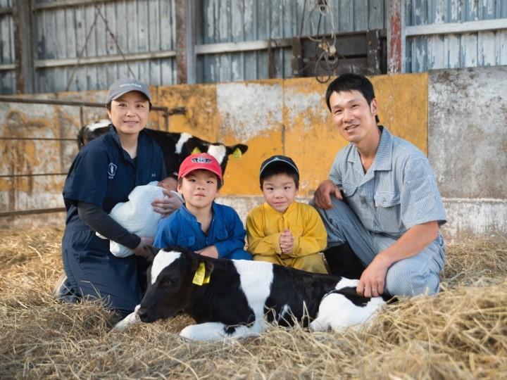 酪農家の労働力を減らすためには?家族写真